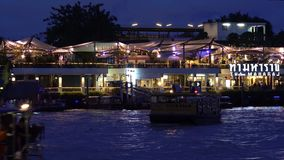 Pilastro di Tha Maharaj su Chao Phraya River stock footage