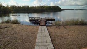Pilastro e barca di legno nel lago video d archivio