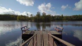 Pilastro e barca di legno nel lago stock footage