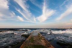 Pilastro e bello cielo blu con le nuvole bianche lunghe Fotografia Stock Libera da Diritti