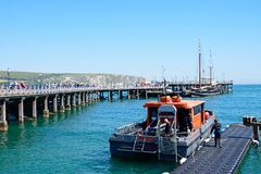 Pilastro e Dive Boat di Swanage Immagini Stock