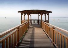 Pilastro e gazebo di legno su un lago Immagine Stock Libera da Diritti