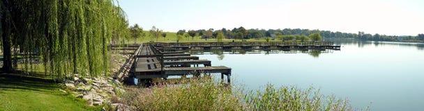 Pilastro e lago di legno Fotografia Stock Libera da Diritti