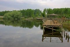 Pilastro e lago di legno fotografia stock