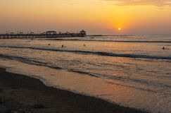 Pilastro e spiaggia di Huanchaco al tramonto, Perù fotografia stock