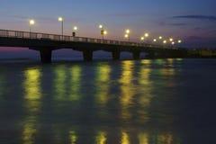 Pilastro e spiaggia in Kolobrzeg entro la notte Fotografie Stock