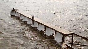 Pilastro ghiacciato sul fiume in primavera stock footage