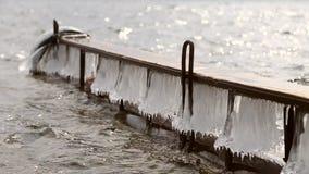 Pilastro ghiacciato sul fiume in primavera video d archivio