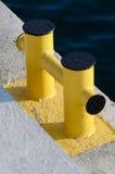 Pilastro giallo della bitta - dispositivo per l'attracco dell'yacht nel porticciolo Fotografie Stock Libere da Diritti
