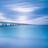 Pilastro industriale sul mare. Vista laterale. Fotografia lunga di esposizione. fotografia stock