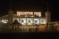 Pilastro Inghilterra del sud di Brighton alla notte fotografie stock