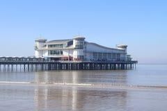 Pilastro moderno di piacere sopra il mare calmo Fotografia Stock