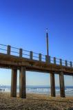Pilastro nella sera sulla spiaggia dorata di miglio, Durban, Sudafrica Immagine Stock