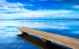 Pilastro o molo, paesaggio panoramico blu di tramonto Laguna di Orbetello Fotografie Stock Libere da Diritti