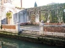 Pilastro per le barche sul canale a Venezia Immagine Stock