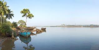Pilastro per le barche sul fiume Fotografia Stock Libera da Diritti