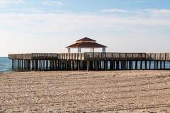Pilastro pubblico di legno di osservazione alla spiaggia di Buckroe a Hampton, VA immagine stock