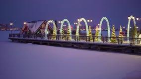 Pilastro su un lago congelato decorato con le decorazioni del ` s del nuovo anno nella città di Kazan archivi video