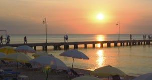 Pilastro su una stazione balneare al tramonto stock footage