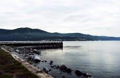 Pilastro sul lago nell'immagine nuvolosa triste della foto del tempo fotografia stock