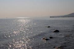 Pilastro sul Mar Baltico in Europa Orientale Ponte sul litorale immagini stock