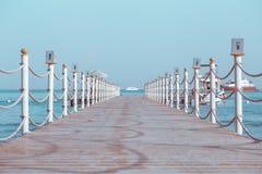 Pilastro sul mare che conduce all'yacht immagine stock libera da diritti