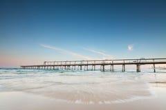 Pilastro sull'oceano con l'onda scorrente veloce Fotografia Stock