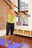 Pilates Übung mit Stab zu Hause Lizenzfreie Stockfotografie