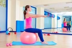 Pilates άσκηση σφαιρών γυναικών fitball ελβετική workout Στοκ Εικόνα