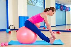 Pilates άσκηση σφαιρών γυναικών fitball ελβετική workout Στοκ φωτογραφία με δικαίωμα ελεύθερης χρήσης