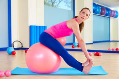 Pilates άσκηση σφαιρών γυναικών fitball ελβετική workout Στοκ εικόνα με δικαίωμα ελεύθερης χρήσης