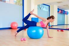 Pilates άσκηση σφαιρών γυναικών fitball ελβετική workout Στοκ Φωτογραφίες
