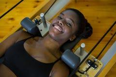 Pilates женщины практикуя на реформаторе Стоковые Фотографии RF
