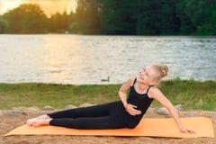 Pilates йоги счастливого ребенка практикуя на речном береге стоковые изображения rf