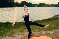 Pilates йоги счастливого ребенка практикуя на речном береге стоковое фото rf