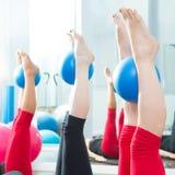 有氧运动pilates与瑜伽球的妇女英尺 免版税库存照片