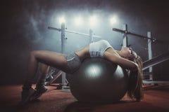 执行Pilates球的妇女 免版税库存图片