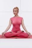 美好的性感的白肤金发的完善的运动微小的图参与瑜伽, pilates,锻炼或健身,带领健康生活方式,和 库存图片