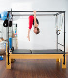 Pilates aerobe Ausbilderfrau in Cadillac Stockfotografie