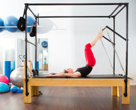 Pilates aerobe Ausbilderfrau in Cadillac Stockfotos