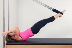 Pilates aerobe Ausbilderfrau in Cadillac Stockbild
