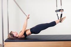 Pilates aerobe Ausbilderfrau in Cadillac Lizenzfreie Stockfotos