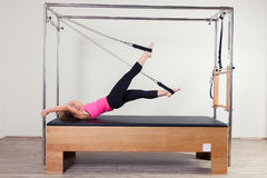 Pilates aerobe Ausbilderfrau in Cadillac Lizenzfreie Stockbilder