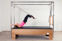 Pilates aerobe Ausbilderfrau in Cadillac Stockfotos