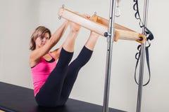 Pilates aerobe Ausbilderfrau in Cadillac Stockbilder