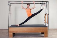 Pilates aerobe Ausbilderfrau in Cadillac Lizenzfreie Stockfotografie