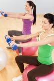 Pilates-Aerobic-Frauengruppe mit Gymnastikball Stockfotos