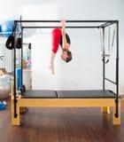 Pilates aerobisk instruktörkvinna i cadillac arkivbild