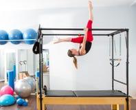 Pilates aerobisk instruktörkvinna i cadillac Arkivfoton