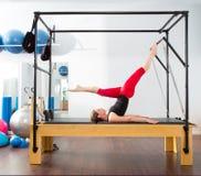 Pilates aerobisk instruktörkvinna i cadillac Royaltyfri Foto